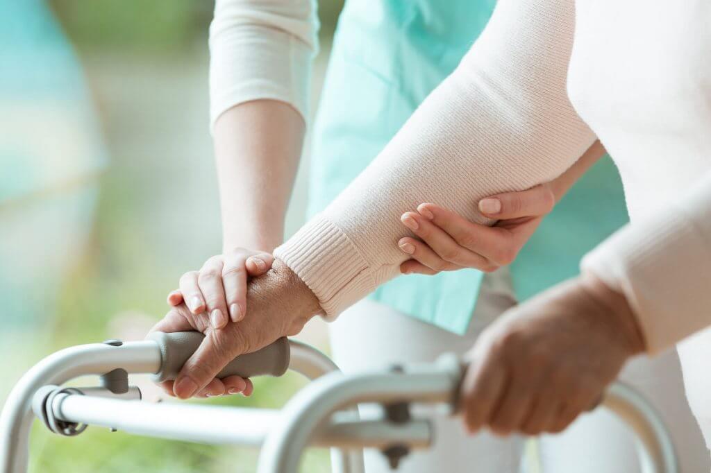 Ambulante Pflege / Pflege zu Hause - pflegende Angehörige mit Rollator