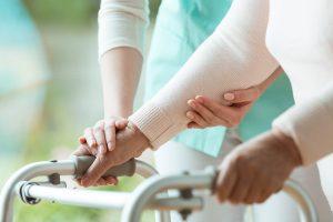 Pflege zu Hause - pflegende Angehörige mit Rollator