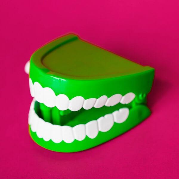 Mundpflege bei Senioen - Tipps für den Pflegealltag